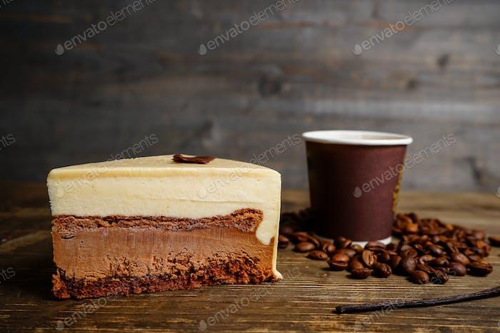 Scheibe Schokoladenkuchen und Kaffee