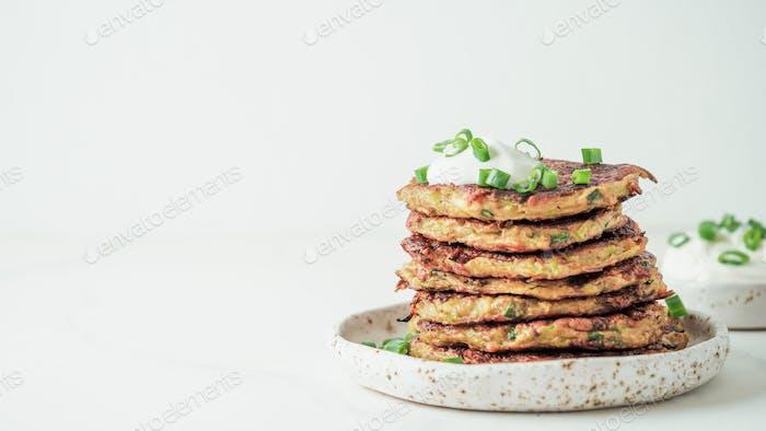 Zucchini Krapfen, Kopierraum, weißer Hintergrund