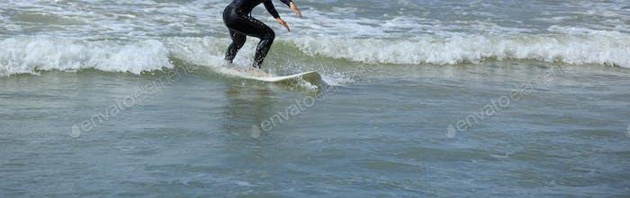 Reiten Surfbrett auf der Welle