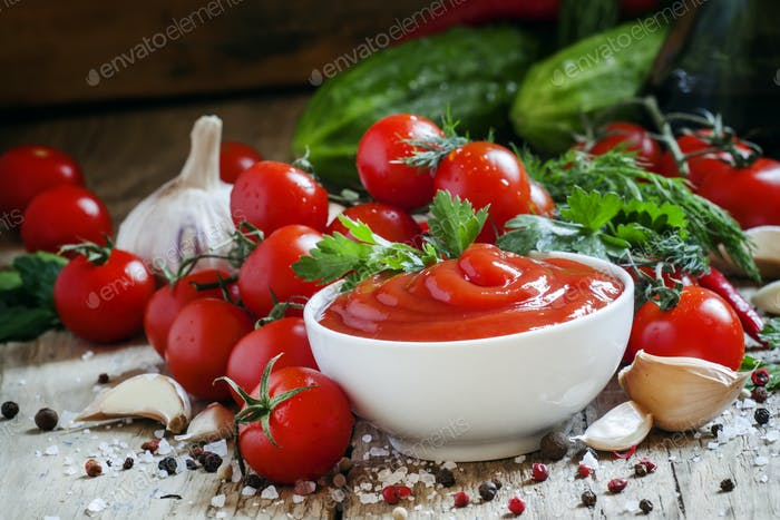 Tomato sauce with herbs and spices