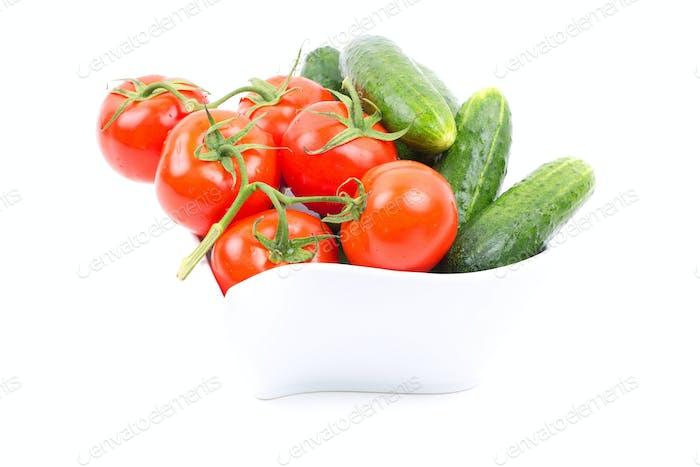 Frische Gurken und Tomaten