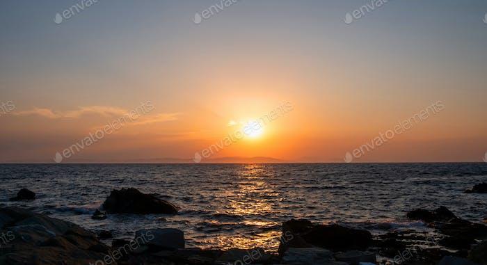 Sonnenaufgang, Sonnenuntergang.Dämmerung, Dämmerung Himmel über Meerwasser, Land Silhouette