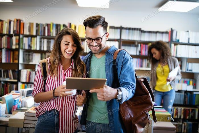 Gruppe von Studenten, die in der Schulbibliothek studieren