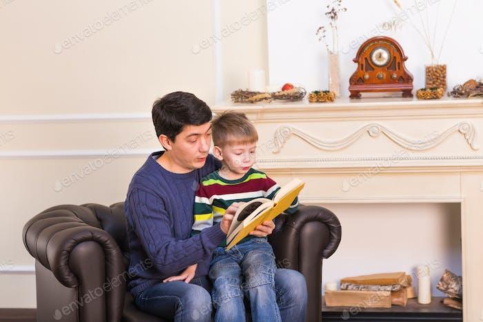 Vater und Sohn lesen Geschichten Buch zusammen