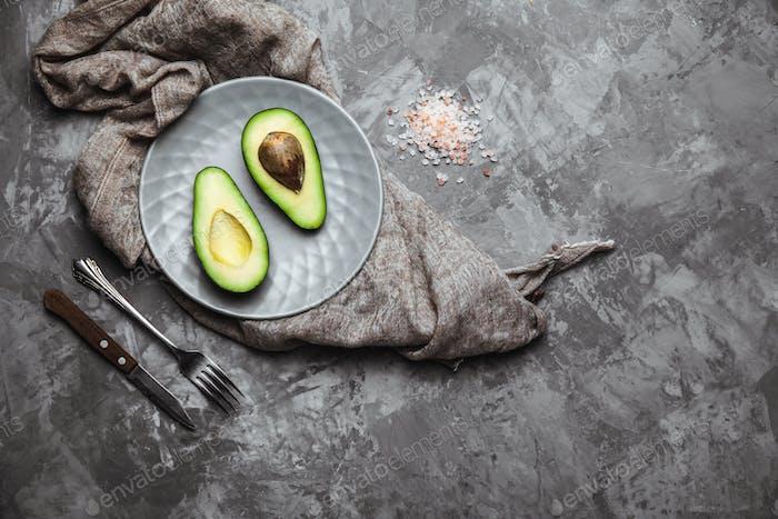 Авокадо. Еда на столе