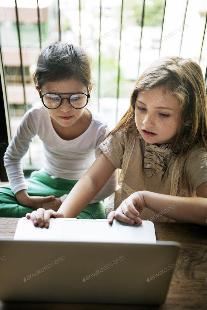 Mädchen mit Computer Concentrated Konzept