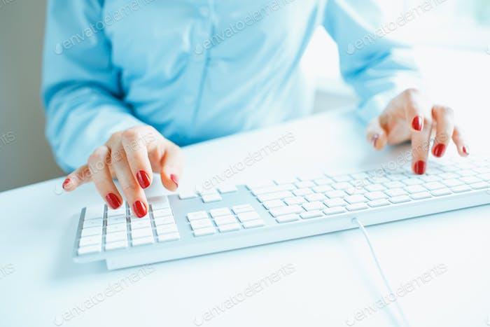 Frau Büroangestellte Tippen auf der Tastatur