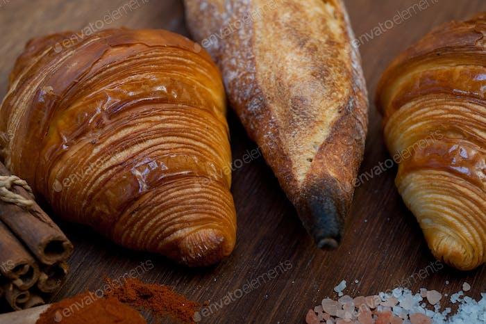 Französische frische Croissants und handwerkliche Baguette Tradition
