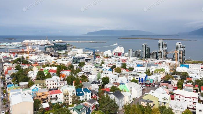 Luftaufnahme der Stadt Reykjavik mit Hafen