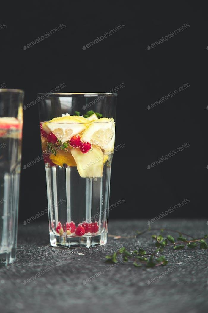Vielzahl von Detox infundiertem Wasser. Diät. Gesundes Getränk.