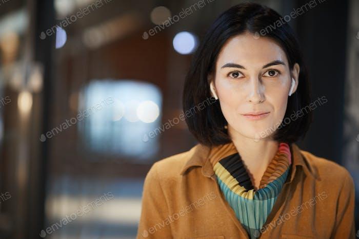 Молодая предпринимательница в офисе