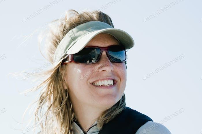 Porträt der Frau trägt Sonnenbrille