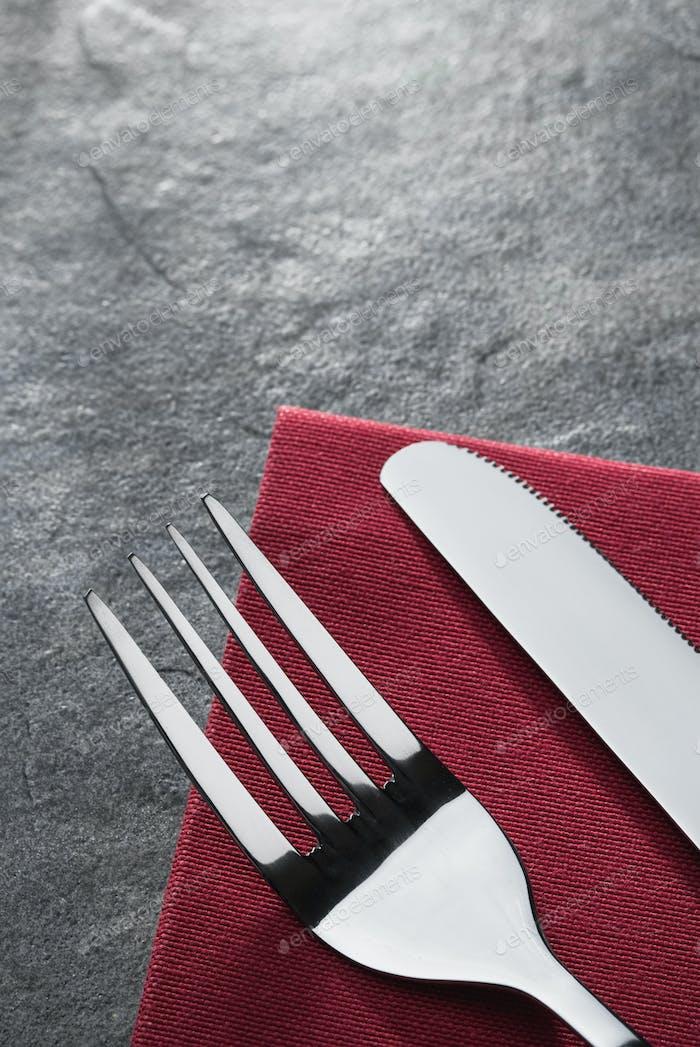 Messer und Gabel auf Serviette