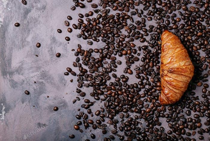 Frischer Kaffee mit Croissant
