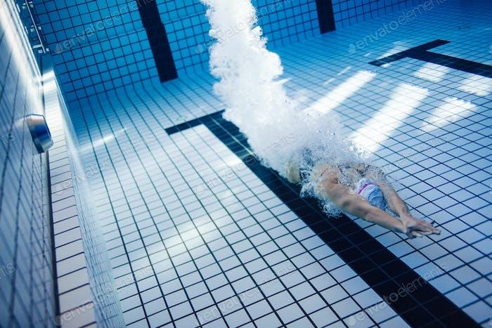 Weibliche Schwimmer schwimmen im Schwimmbad