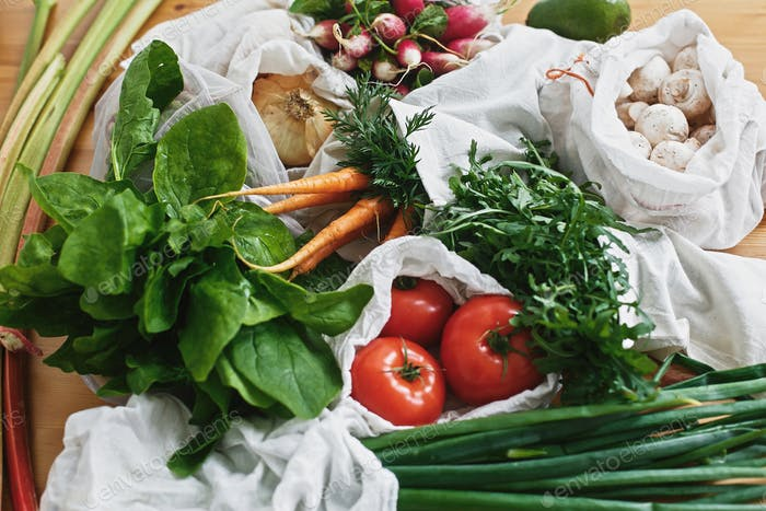 Wiederverwendbare umweltfreundliche Beutel mit frischem Gemüse. Nullmüll Lebensmitteleinkaufskonzept