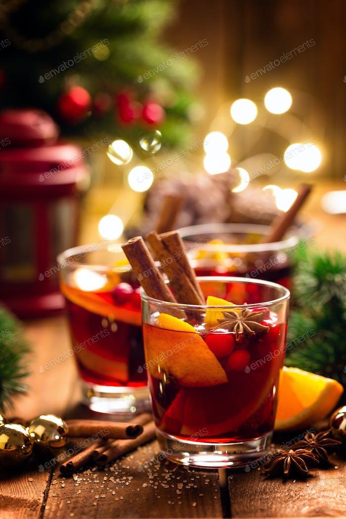 Weihnachtsglühroter Wein mit Gewürzen und Orangen