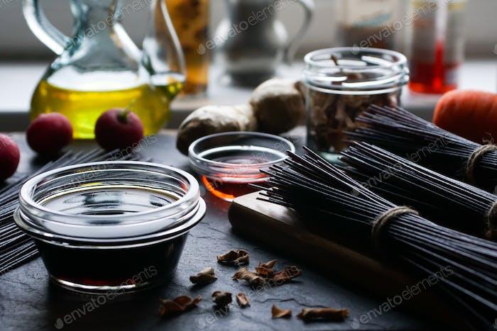 Schwarzer Reis Fadennudeln, Essig, Olivenöl und Gemüse. Asiatische Küche