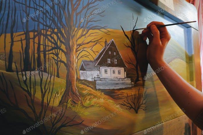 Künstlerin Malerei ein Landschaftsbild auf einem wiederverstandenen Holzbrett-Kunst ist Eigentum freigegeben