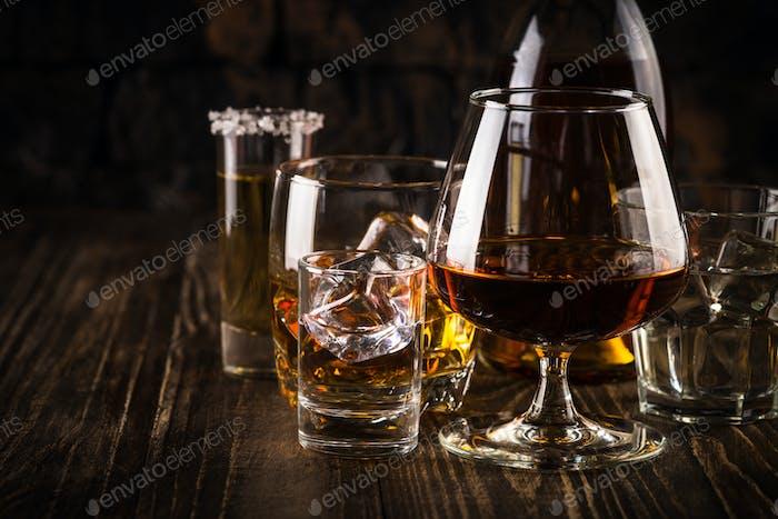 Bebidas alcohólicas fuertes: whisky, coñac, vodka, ron, tequila