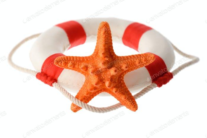 Étoile de mer orange et bouée de sauvetage blanc-rouge