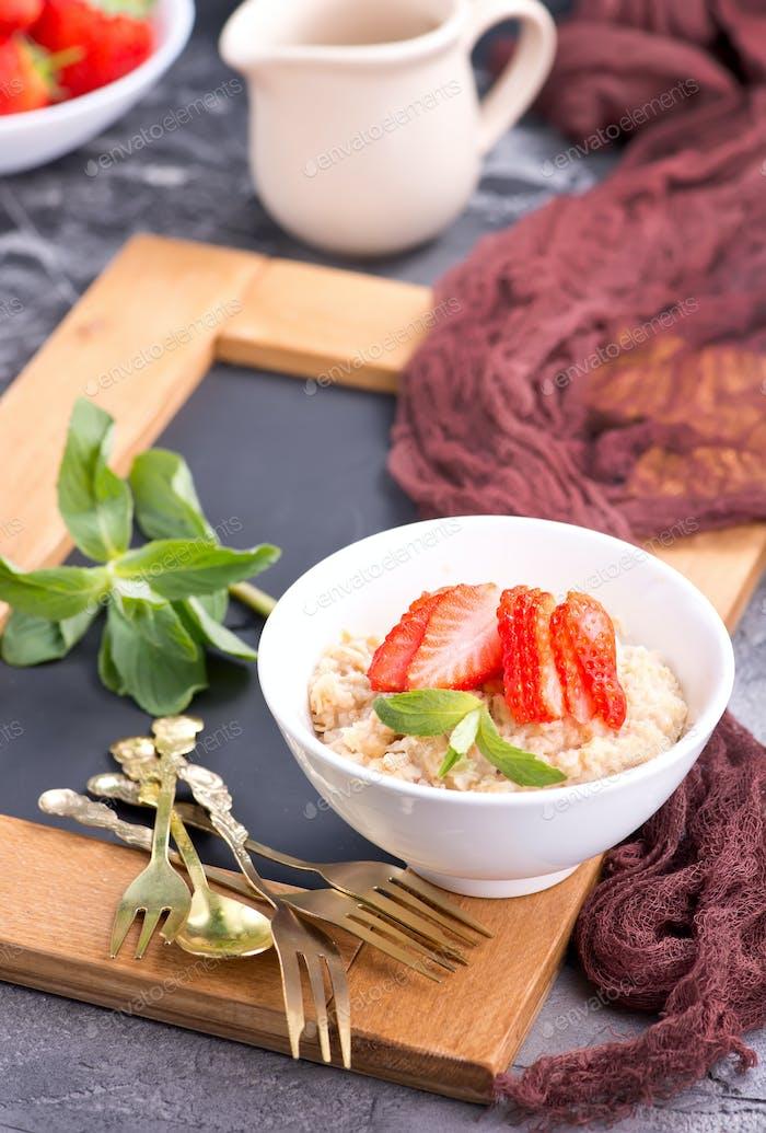 oat porridge with strawberry
