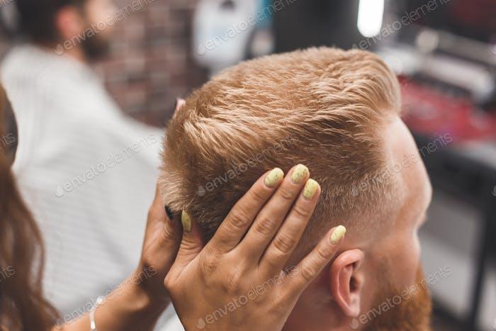 Портрет клиента с женщиной-парикмахером в салоне