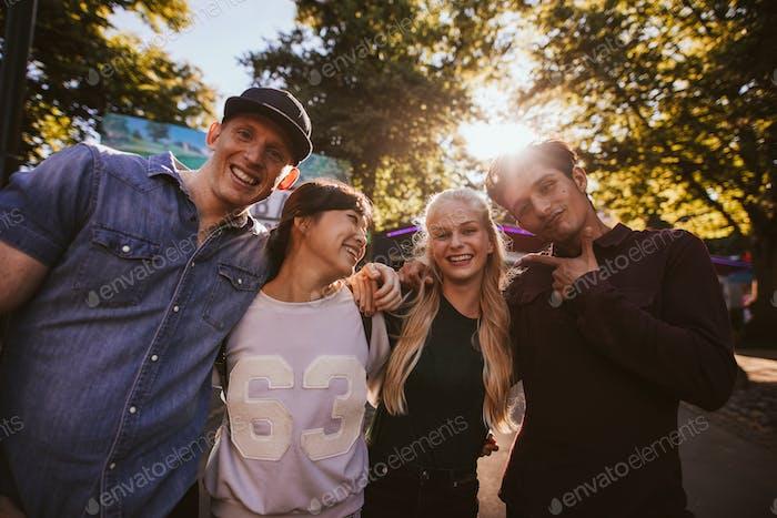 Glückliche junge Freunde zu Fuß im Vergnügungspark