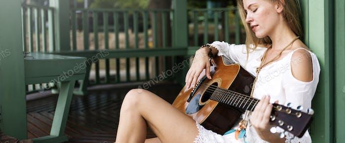 Gitarre Mädchen Entspannung Casual Instrument Freizeit-Konzept