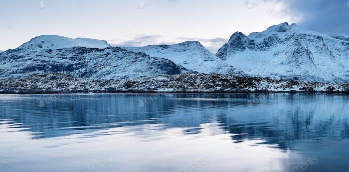 Berge Grat und Reflexion auf der Wasseroberfläche. Natürliche Landschaft in Norwegen.