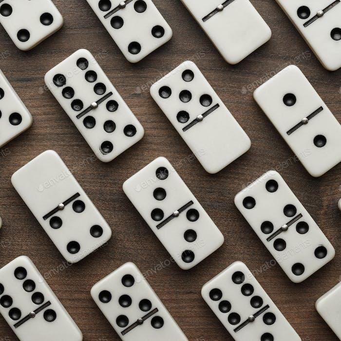 Domino Stücke auf dem Holztisch Hintergrund