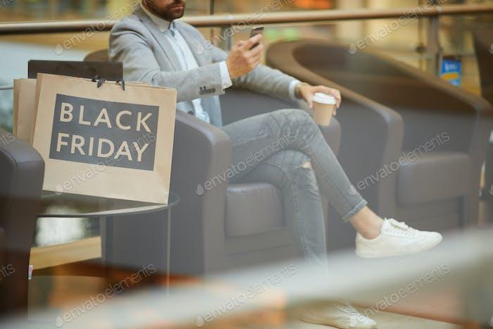 Geschäftsmann Entspannen im Einkaufszentrum