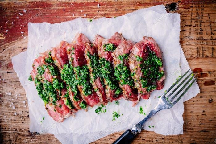 Geschnittenes Grill-Rindersteak mit grüner Chimichurri-Sauce