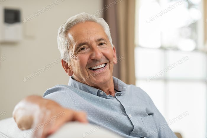Senior Mann lächelnd zu Hause