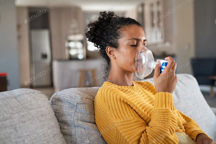 Afroamerikaner Frau mit Vernebler Inhalator zu Hause