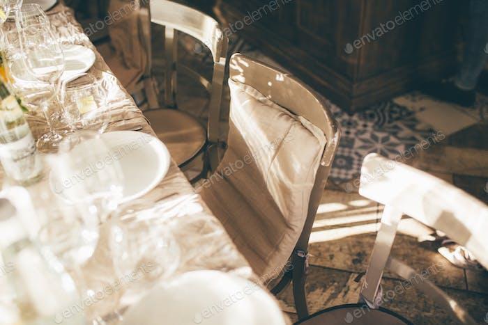 Der Tisch im Restaurant auf dem Sonnenuntergang