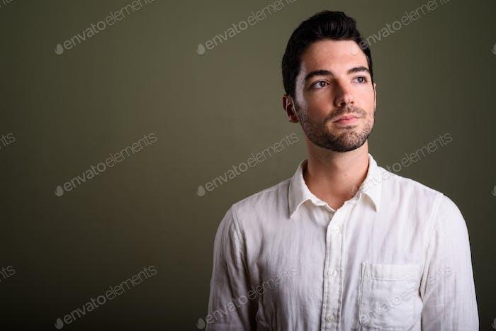 Porträt von jungen gutaussehenden Geschäftsmann mit Stoppelbart