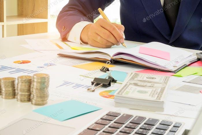 Concepto financiero de Negocios, Gente de negocios están analizando Trabajo y Encantador notas.