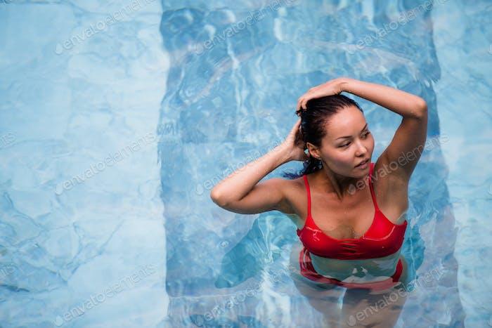 Urlaub genießen. Lächelnd schöne junge Frau im Schwimmbad.