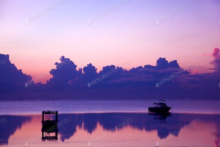 Sonnenuntergang auf dem Ozean, Boot.