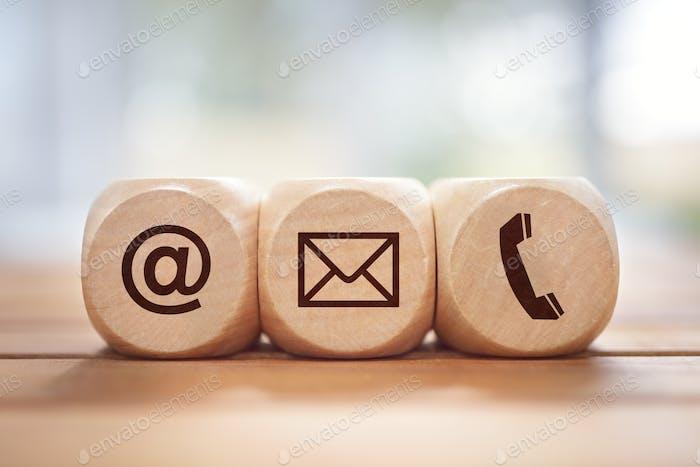 Contáctenos Concepto con bloque de madera y Símbolos