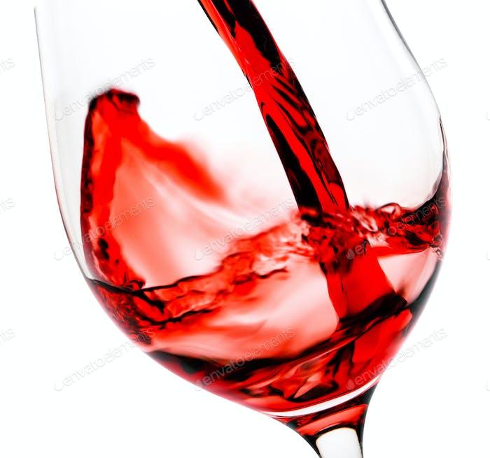 Rotwein Gießen in den Glaskelch