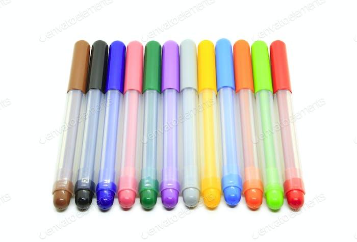 Mehrfarbige Marker isoliert auf einem weißen
