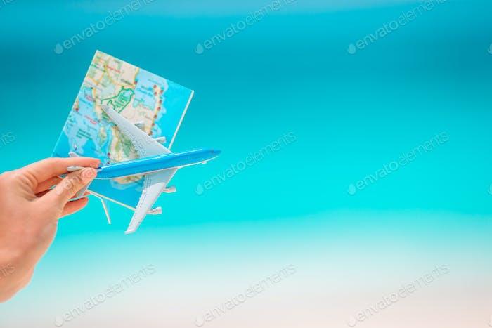 Nahaufnahme von Karte und Modell Flugzeug Hintergrund Meer