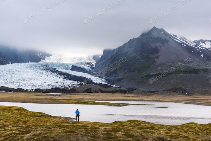 Einsamer Tourist in der Nähe von Vatnajokull Gletscherlagune