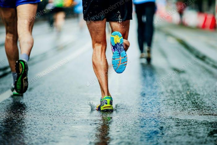 Wassersprays von unter Laufschuhe Läufer Männer