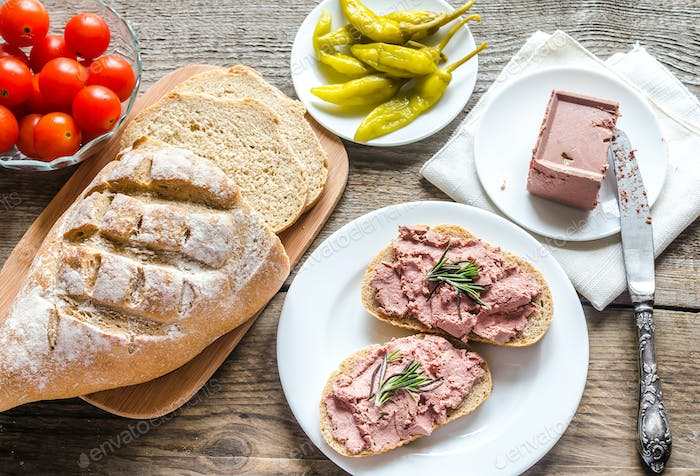 Wholewheat sandwiches with liver pate