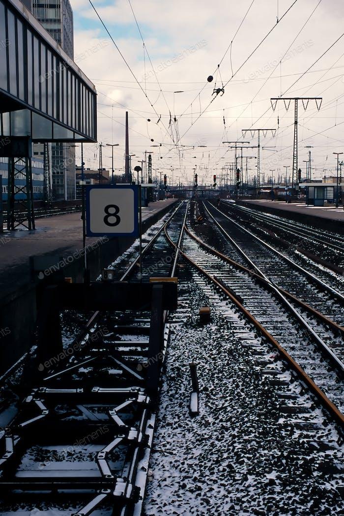 Bahngleise vorbei an einem Bahnhof