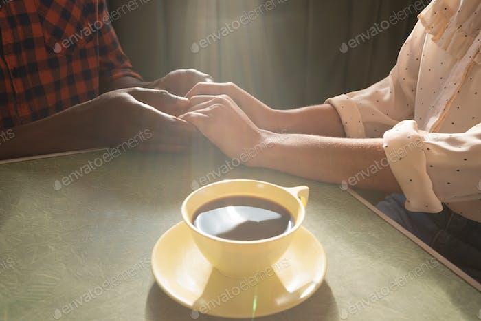 Paar Hand voneinander im Restaurant