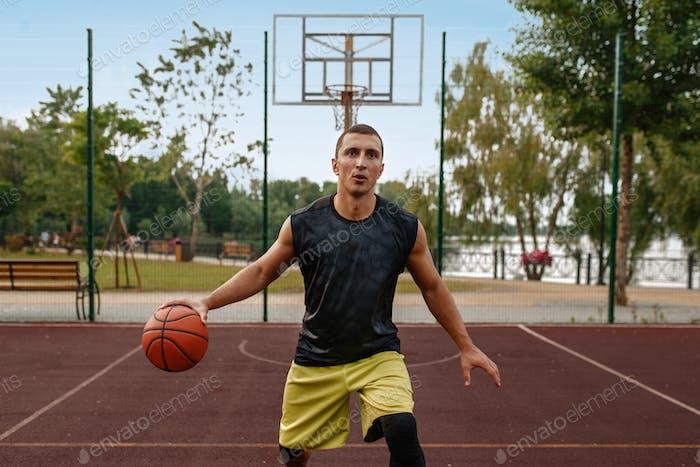 Jugador de baloncesto en Movimiento en cancha al aire libre